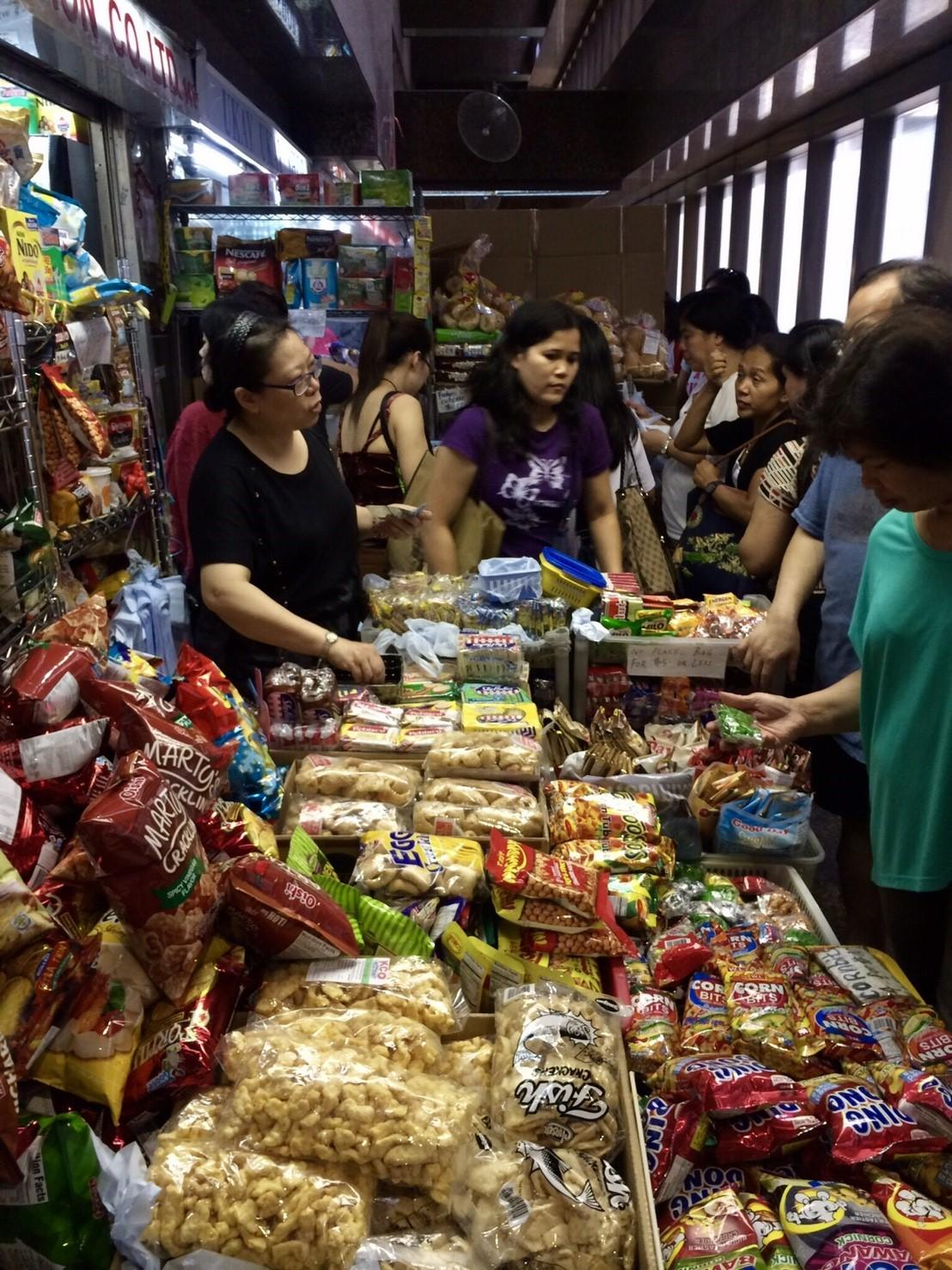 香港中環「環球大廈」裡有許多鋪位賣著菲律賓食品及日用品。