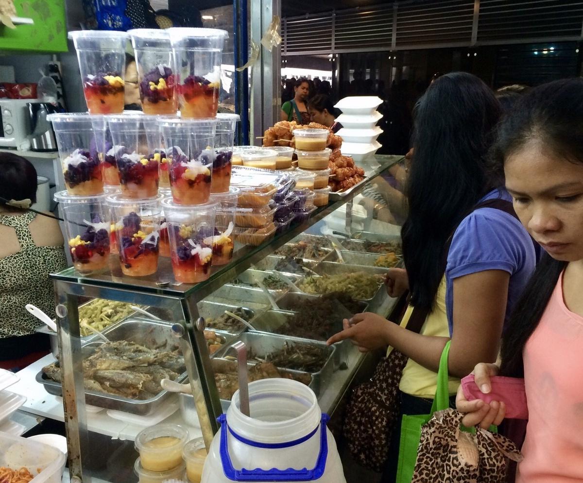 玻璃櫃裡放著菲律賓鹹食、甜點,離家的移工來這裡以家鄉菜稍解鄉愁。