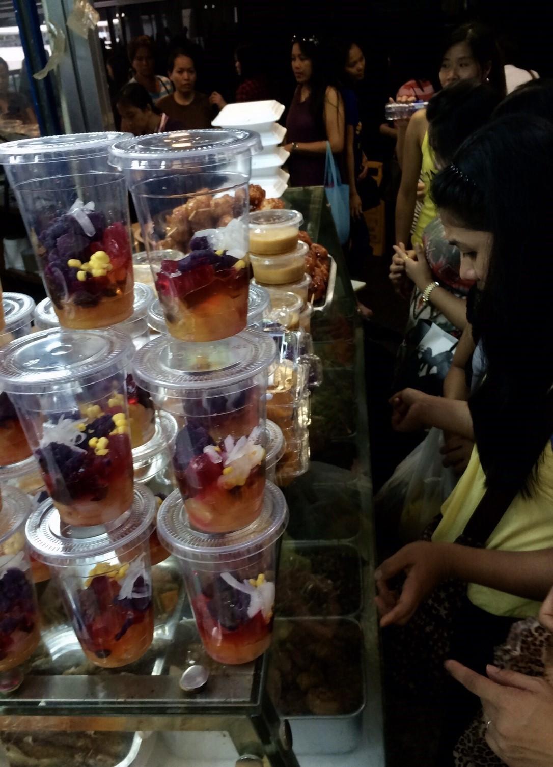 色彩繽紛的菲律賓甜點或許能稍解遠家太遠的移工鄉愁。