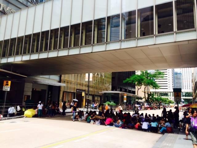 香港地狹人稠,假日時的移工只好擠在公共空間聚會,成了香港景像之一。