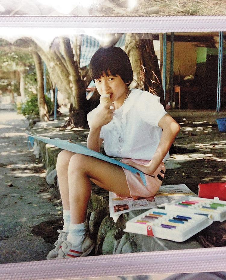 和母親一起到碧潭寫生,是小宜珍貴的童年回憶。圖為小宜童年舊照。(小宜提供)