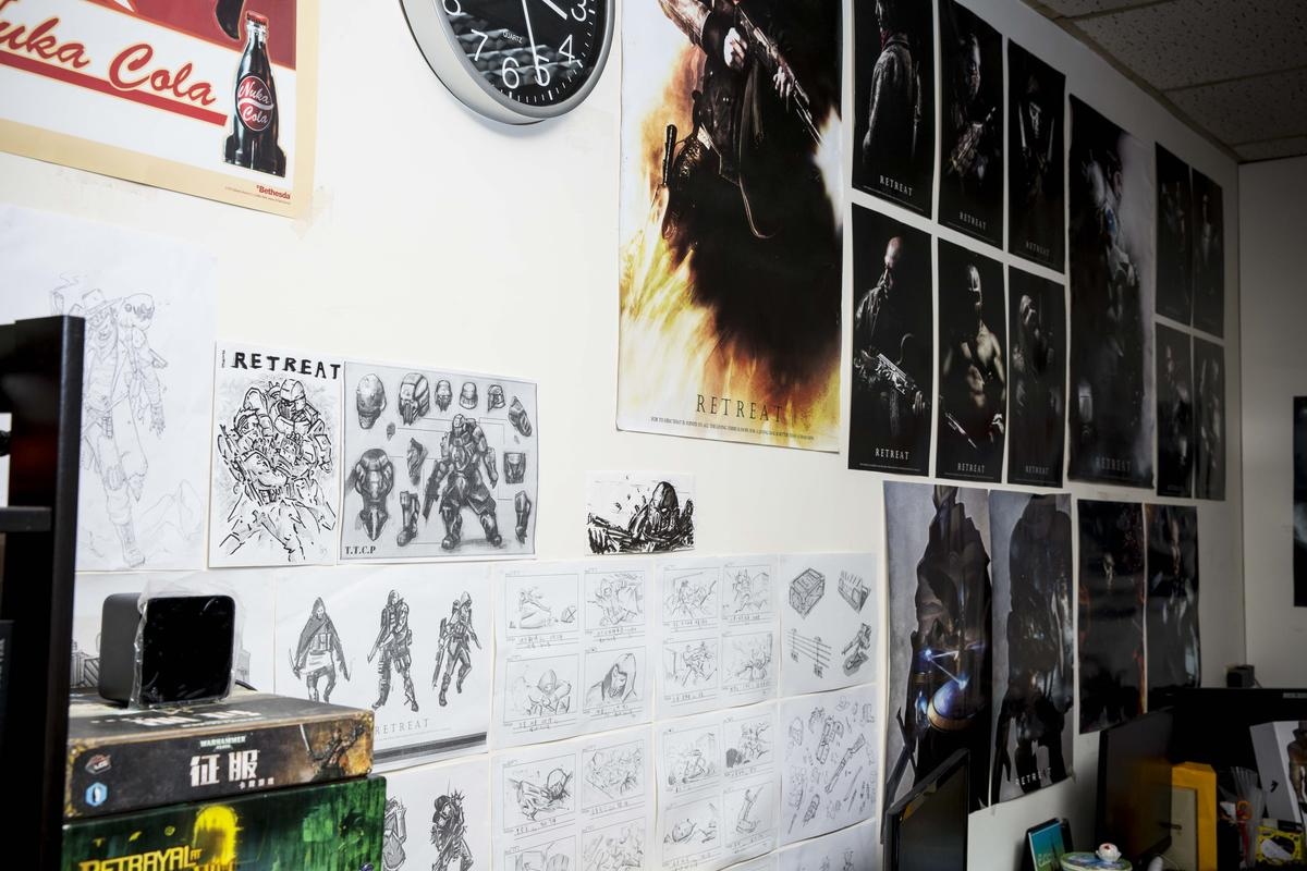 《RETREAT》工作室內,牆上貼著滿滿的角色海報及草圖。