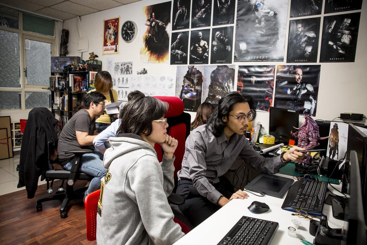 《RETREAT》工作室裡,周百祥 (右) 跟團隊成員在討論創作。