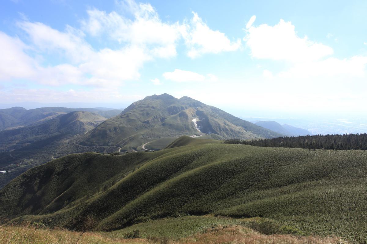 小觀音山主峰遙望小油坑及七星山主峰。