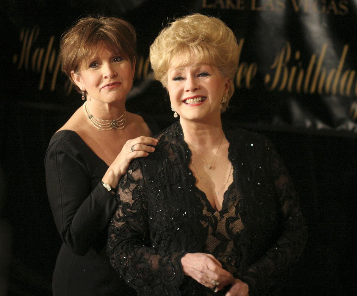 嘉莉費雪(左)與她母親黛比雷諾。