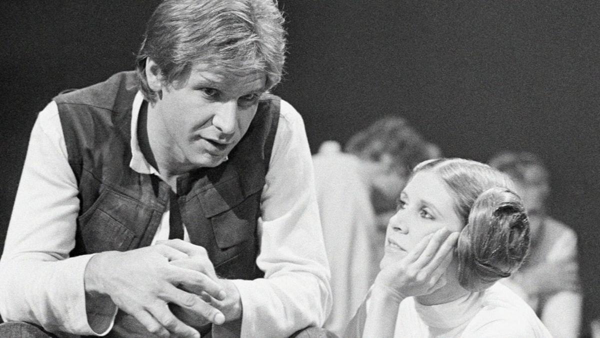 嘉莉費雪(右)會修改劇本,也是從拍攝《星際大戰》系列時,為了遷就哈里遜福特(左)而學會的。