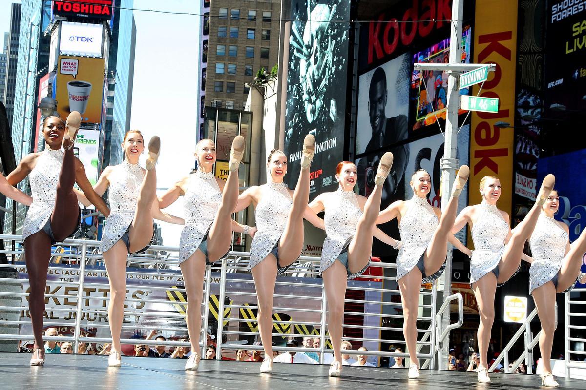 著名的「無線電城火箭女郎」將成為川普就職典禮的表演團體,不過日前卻傳出舞者如拒絕演出將遭解約的風波。(圖為火箭女郎在紐約時報廣場年度聖誕表演,取自東方IC)