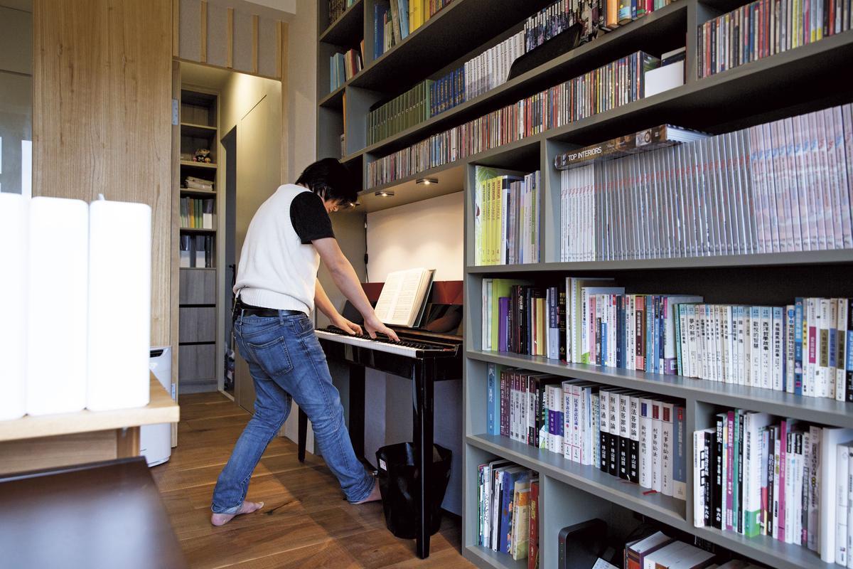 溫以仁在自家書房彈奏早已生疏的電子琴。