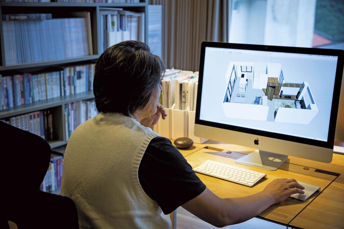 溫以仁展示他畫的室內設計圖,現住的家也是他和太太聯手設計的作品。