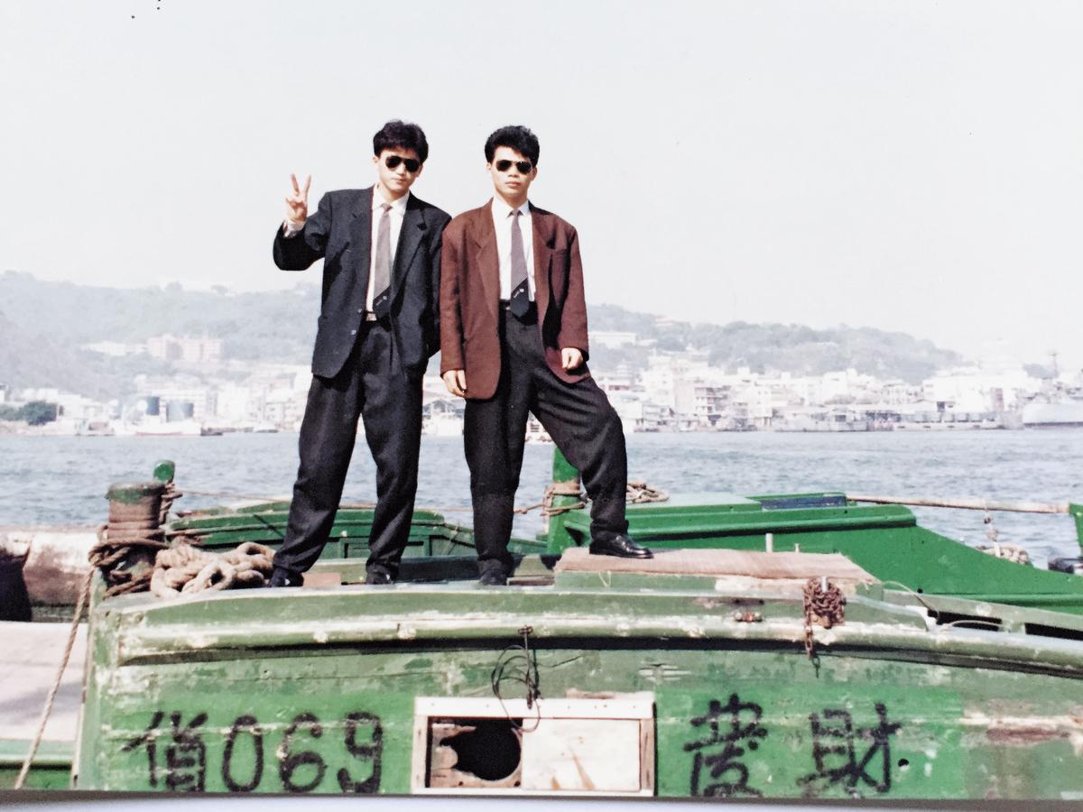 陳建慶(左)與李信忠(右)關係深厚,是同學也是創業夥伴,年輕時二人常玩在一起。(李信忠提供)