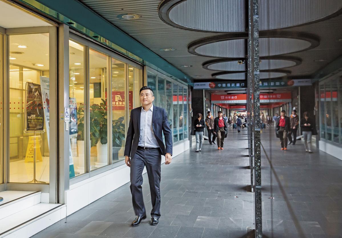 陳建慶是忠孝東路4段店面銷售高手,除了自己買來投資,更帶客戶一起買。