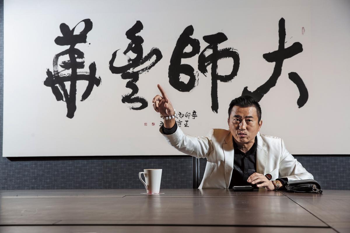 陳建慶與大華國中同學、宜蘭新月廣場董事長江國星合資買下京站5個樓層,並設立商務中心。他也請書法家以大師和江的公司「環華豐」提字「大師豐華」。