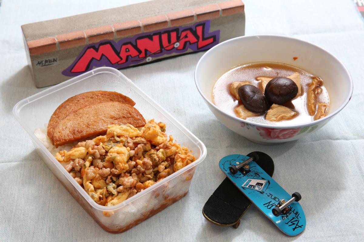 午餐肉、茄汁肉碎蛋都是馬來西亞人早餐或午餐常吃的菜。旁邊是手指滑版,可用手指操控。