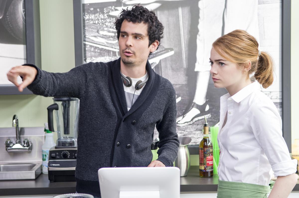 導演達米恩查澤雷(左)與艾瑪史東,在《樂來樂愛你》拍攝現場。