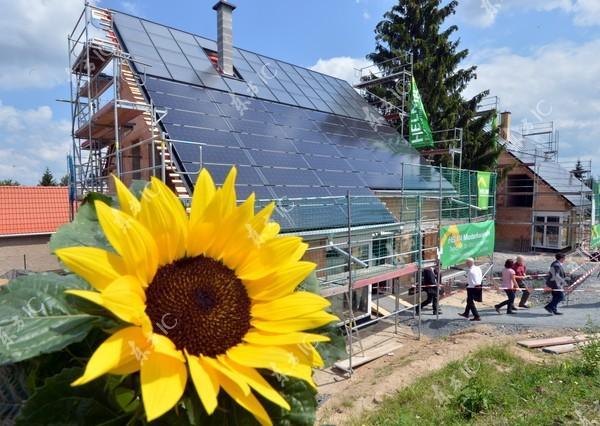 近年來全球掀起綠能風潮,蔡英文政府也積極推動綠能源政策,但業者抗議106年綠能節電預算對太陽熱能產業缺乏補助措施。