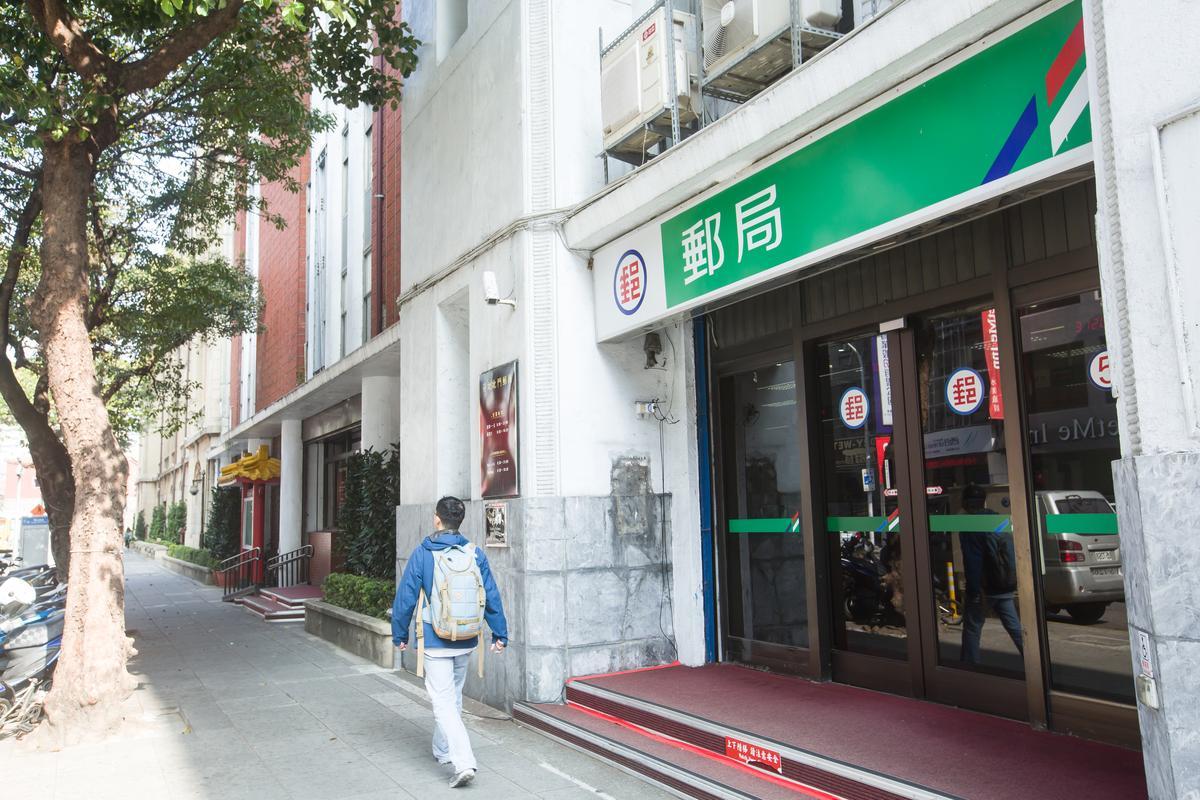 中華郵政雖尚無漲價計劃,卻也將取消半數週六營業的郵局來節省人事成本。