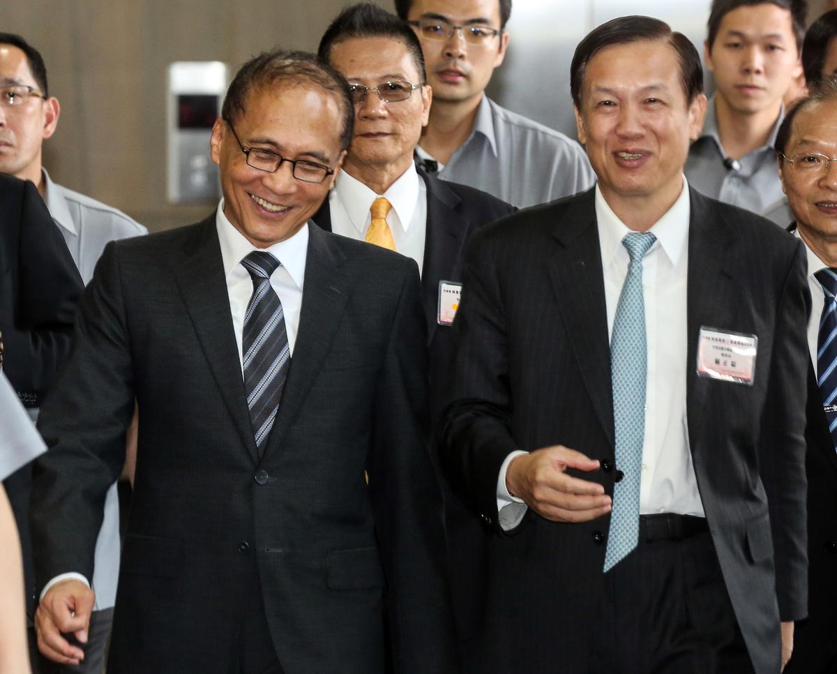 行政院長林全和商總理事長賴正鎰,日前碰面時仍相談甚歡。新法上路後,產官雙方卻就一例一休議題爭鬧不休。