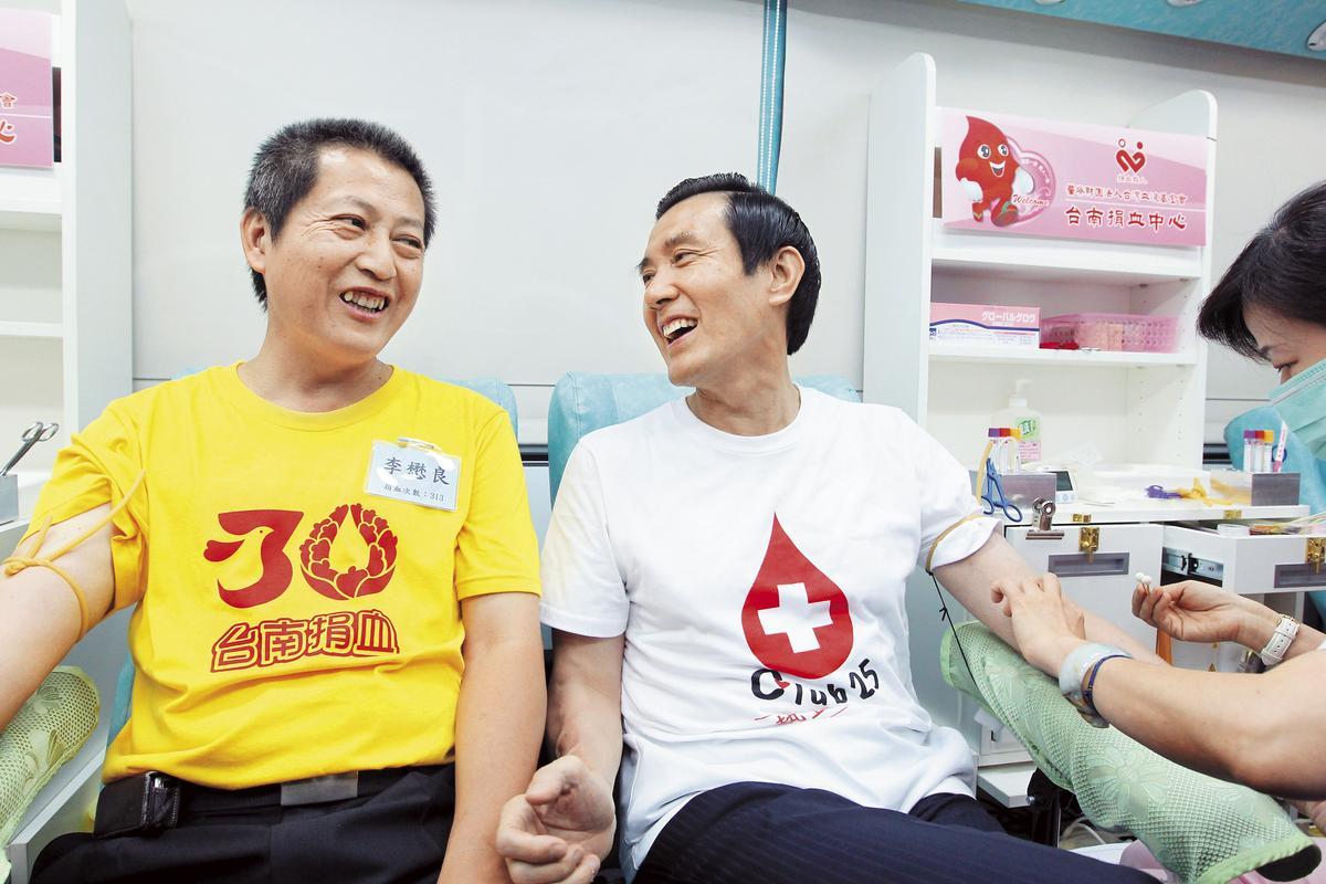 前總統馬英九(右)是捐血中心常客,去年底在臉書宣布30年來已捐血189次、共47公升。(總統府提供)