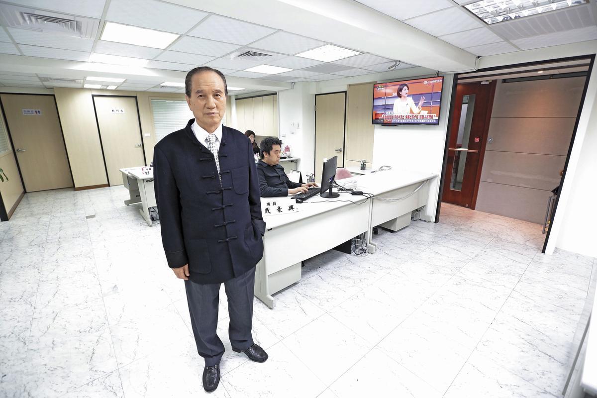 挺吳的奇策盟工作室由柯家聲(左)擔任執行長。