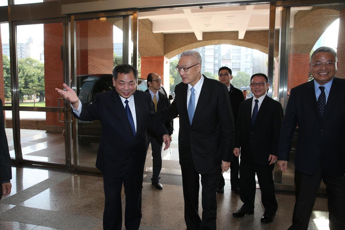 吳敦義拜會新竹縣議會副議長陳見賢(左一)。