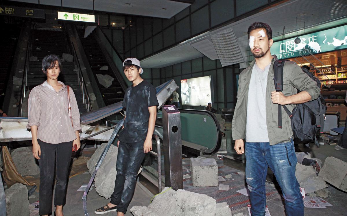 之前孟耿如(左)在機場捷運站拍《麻醉風暴2》爆破戲傳意外,同戲包括李國毅(中)、黃健瑋(右)。(公視提供)