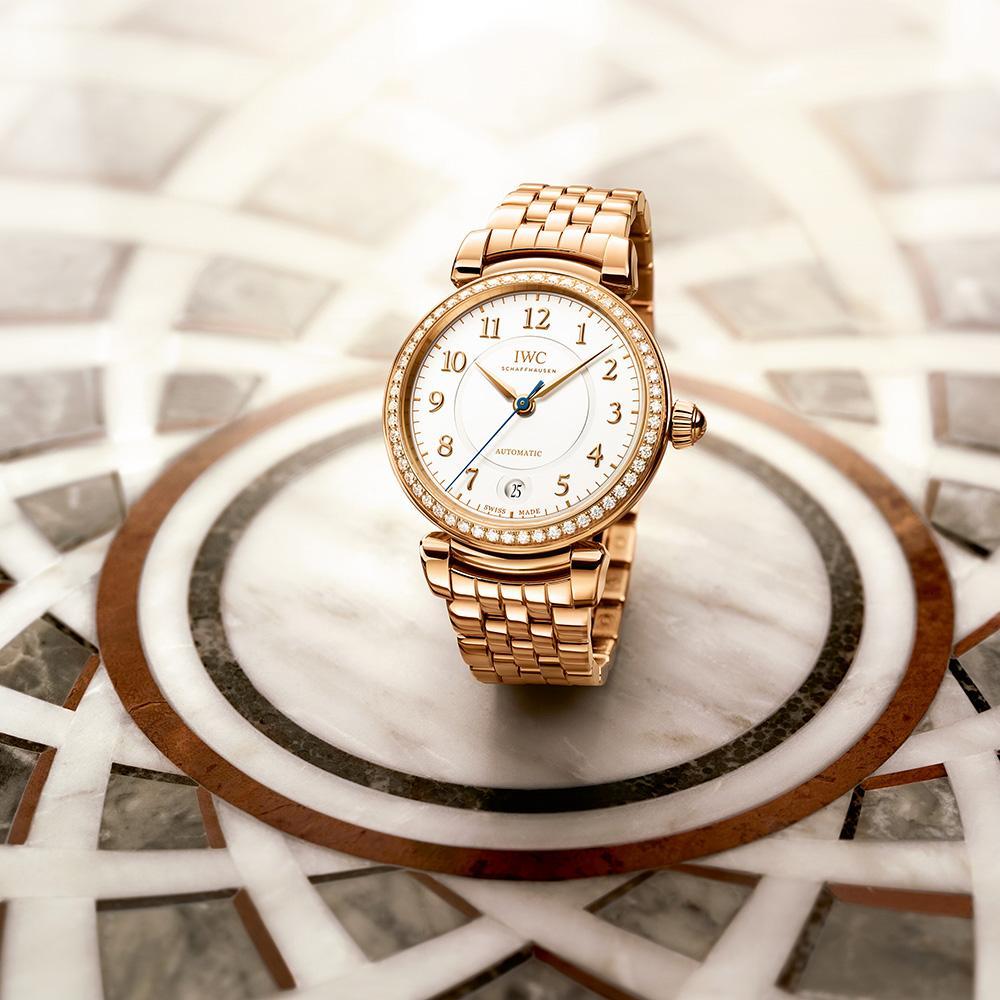 新的達文西系列將重心放在女錶,這款36mm玫瑰金材質的作品還用上金質鍊帶,在IWC中相當少見。