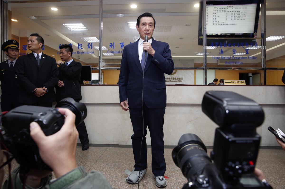 即使腳傷未療,馬英九仍準時出庭,並在庭後發言。