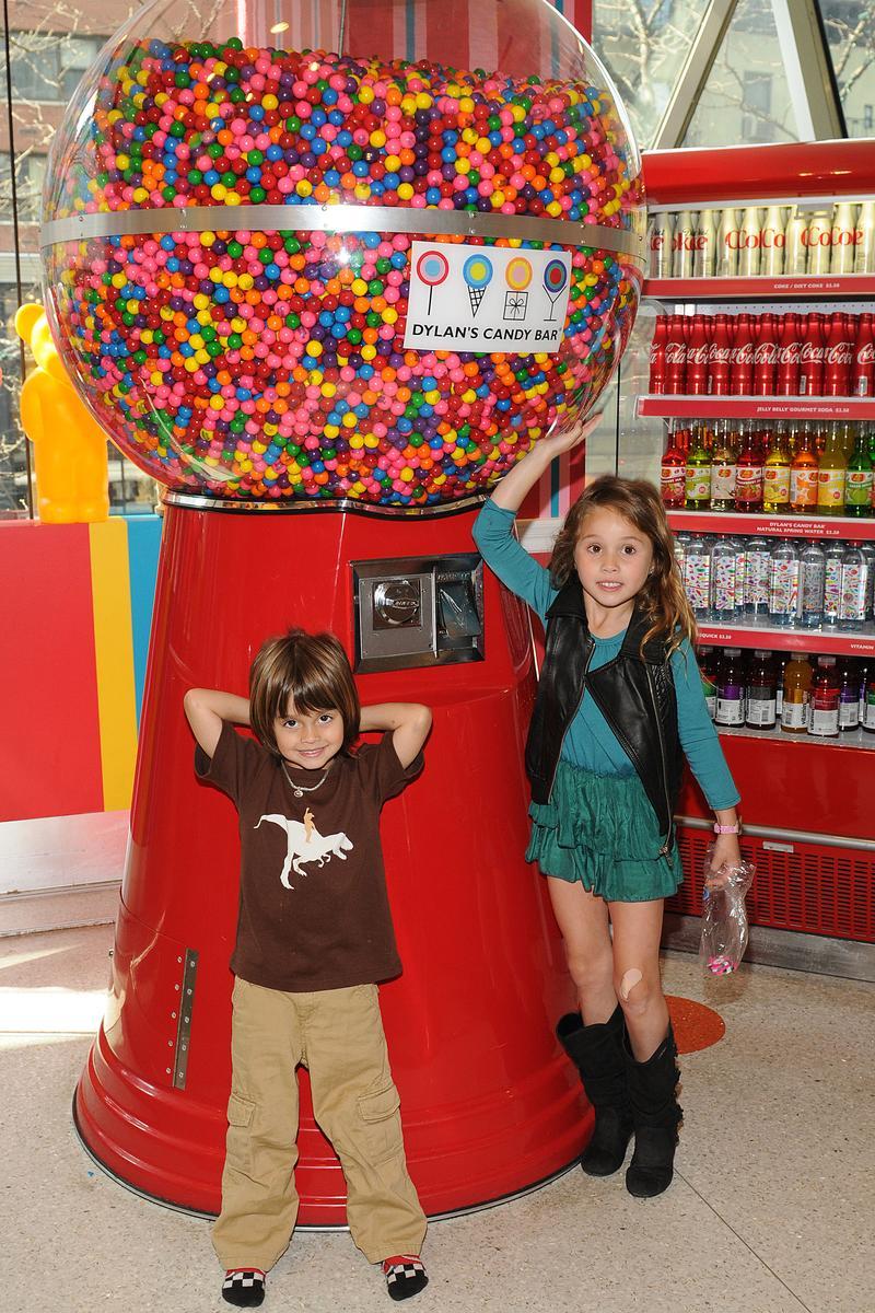 天底下大概没有一个孩子不爱糖果,如果不加以阻止,孩子恐怕会吃到肚子痛,也停不下来。 (东方IC)