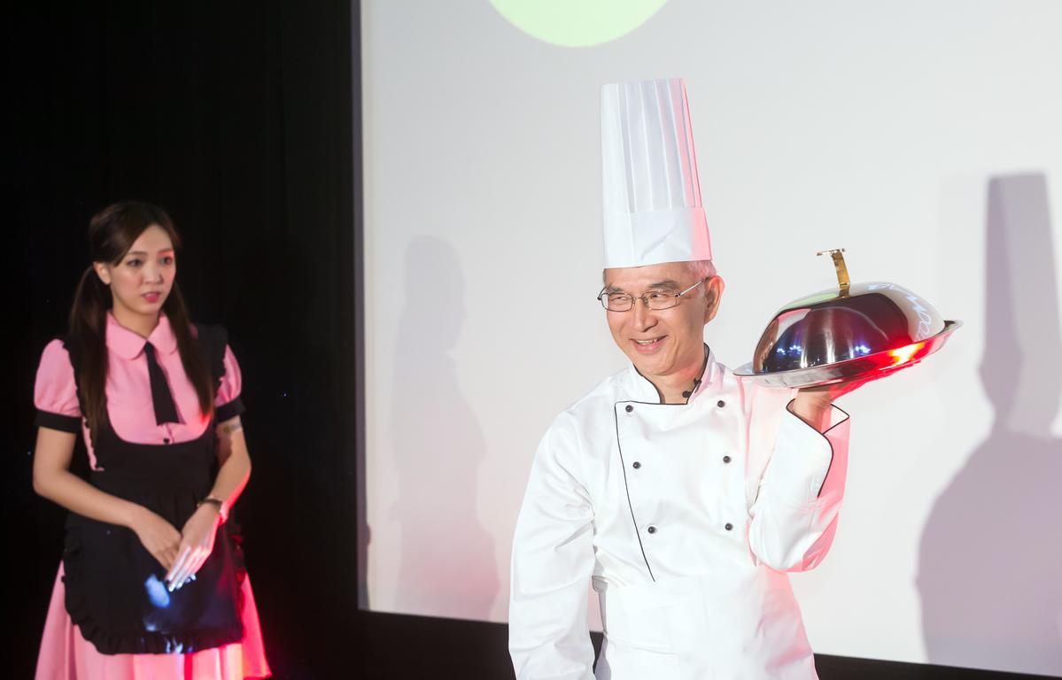BANDOTT上市首日,鴻海副總裁呂芳銘穿上廚師袍,親自介紹產品。