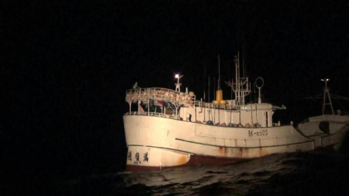 海巡署6日在宜蘭外海查獲高雄籍漁船「穩順滿66號」搭載40名越南偷渡客。