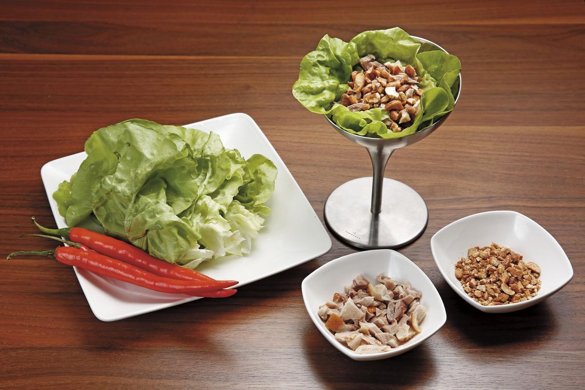雞肉切剪成米粒狀,加上壓碎的堅果, 配上生菜,好看又好吃,過年期間也可用來代替蝦鬆當成年菜。