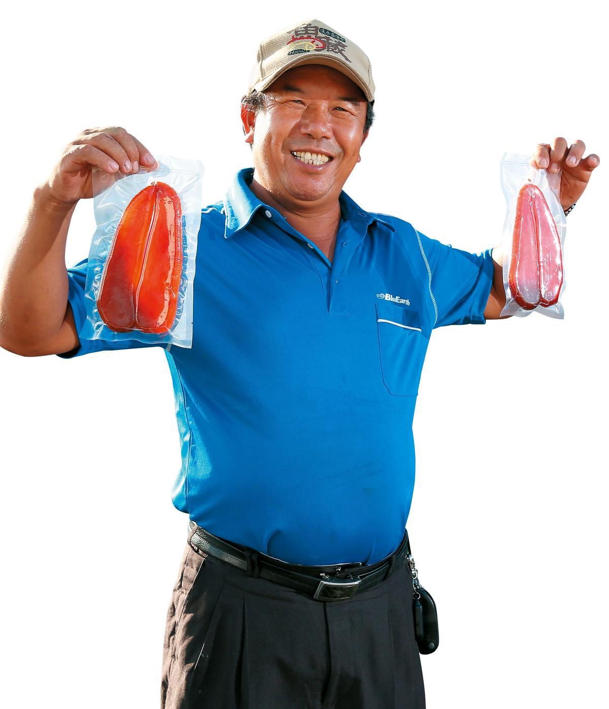 口福漁品老闆烏魚伯曾煥佾傳授烏魚子料理和挑選。