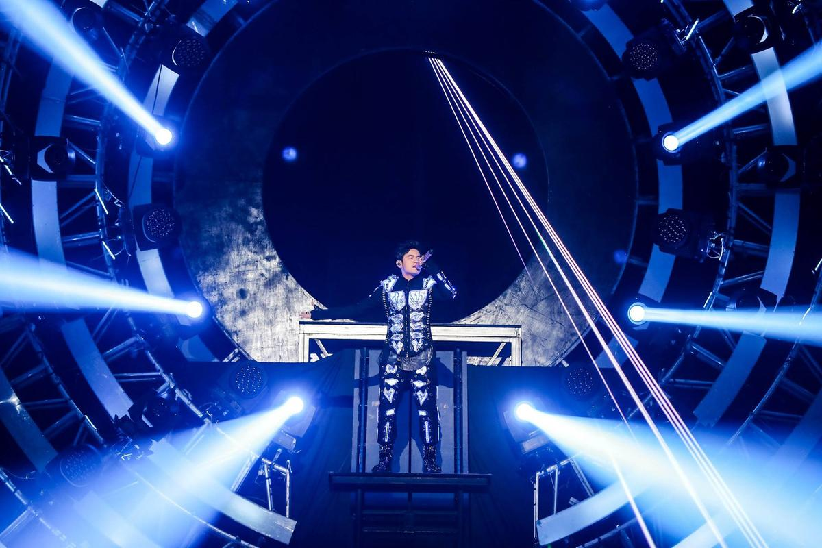 周杰倫為香港演唱會打造全新5套舞台裝,銀灰色齒輪鋼琴等,砸下千萬台幣成本。(翻攝自杰威爾FB)