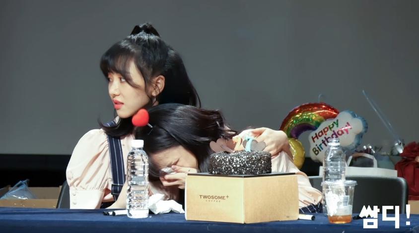 智珉感動大家為她慶生,瘋狂爆哭,還哭倒在珉娥身上。
