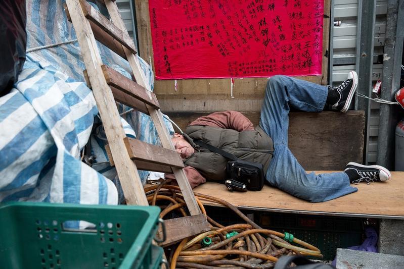 不修邊幅的刈包吉,隨處就能倒睡,被朋友稱為丐幫幫主。