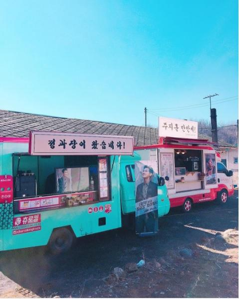 朱智勛的粉絲找來零食及飲料車,遠赴江原道應援正在拍攝中的電影《工作》。(翻攝自IG)