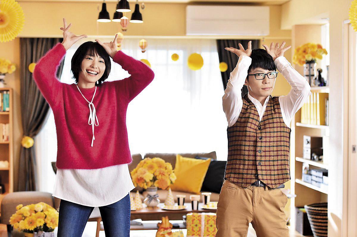 新垣結衣(左)和星野源(右)在每集片尾大跳「戀舞」,不協調的動作呆萌又可愛。(翻攝自網路)