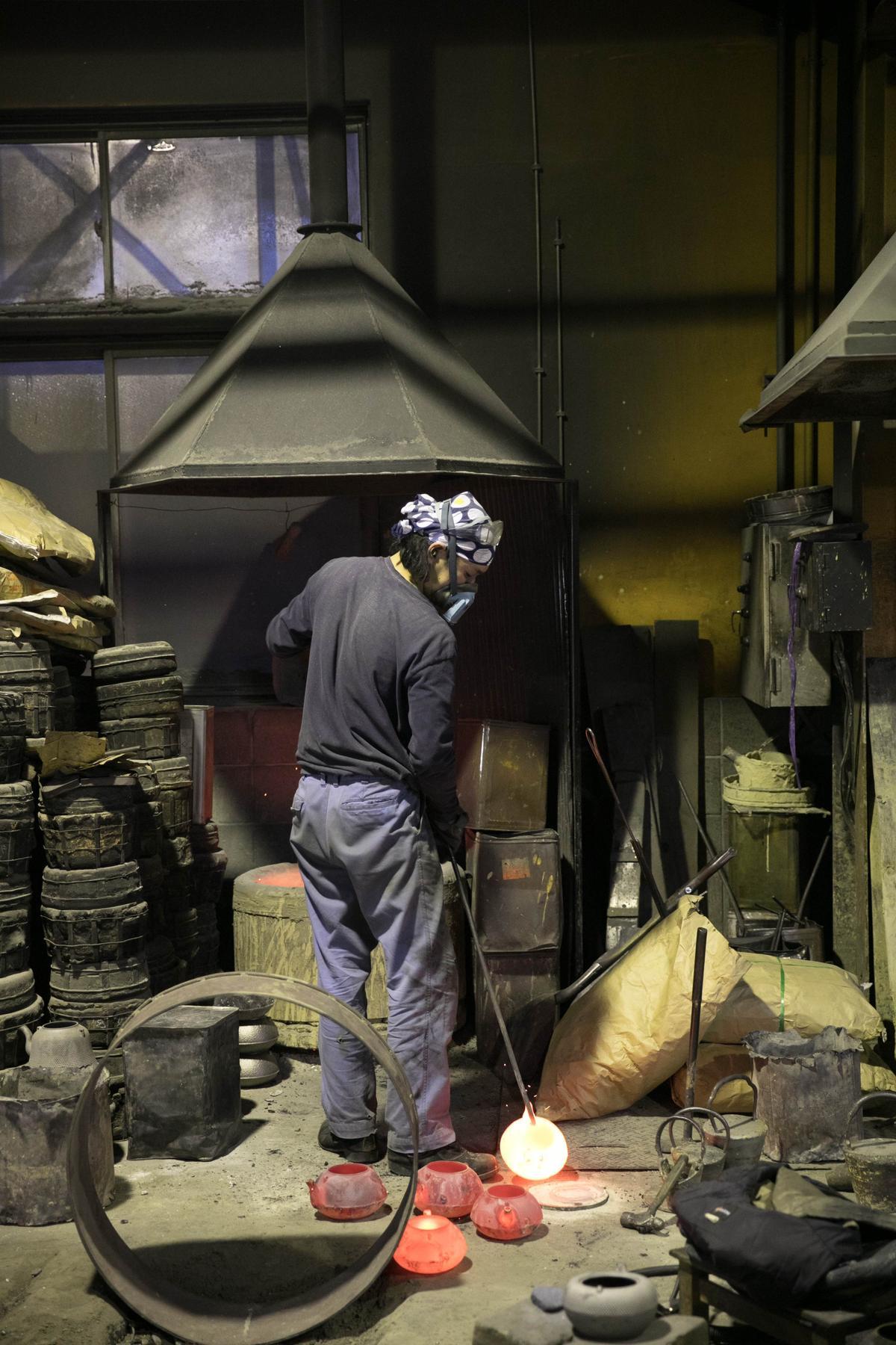每一個鐵壺,都是在高溫爐火中燒製而成。