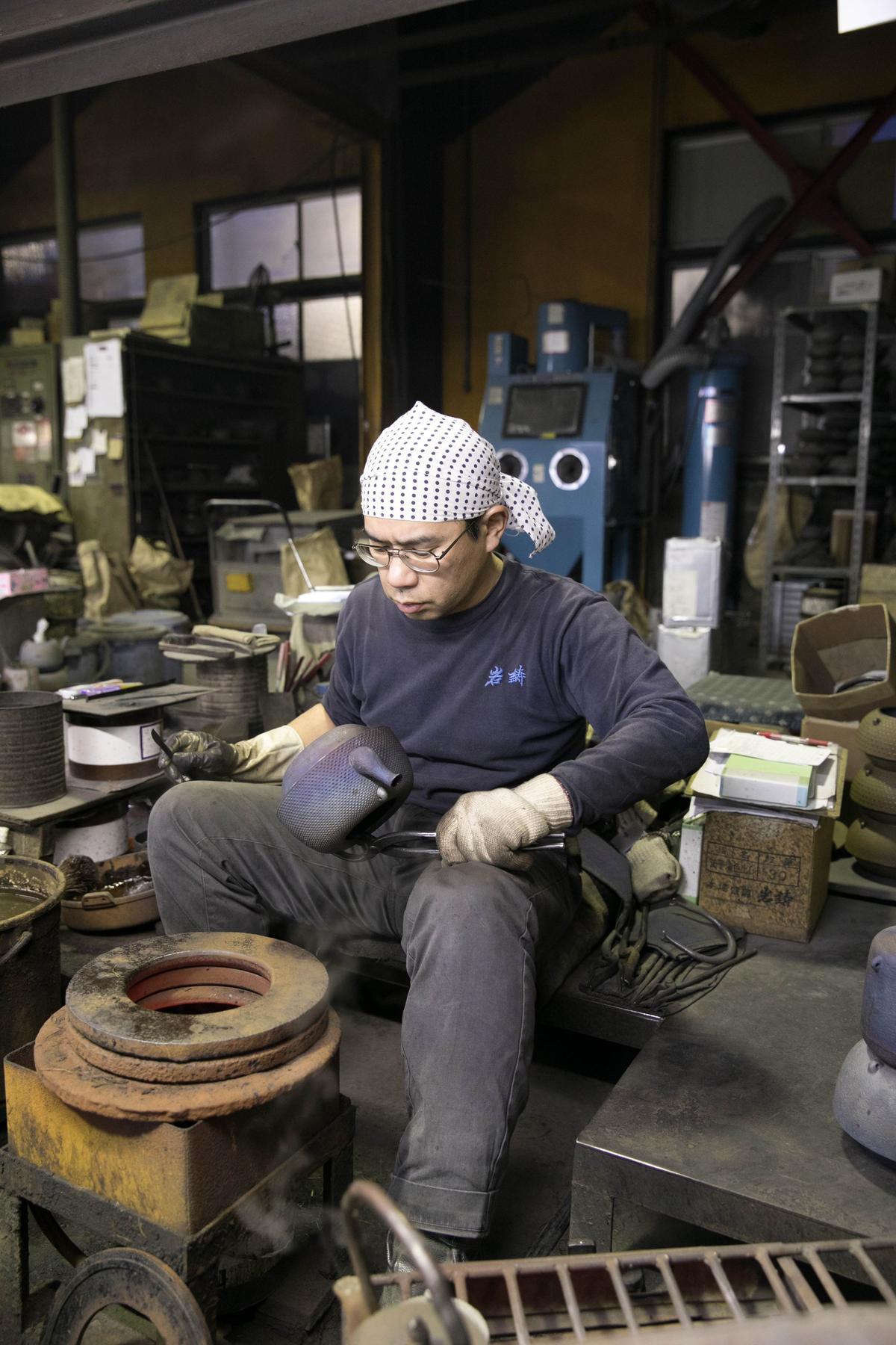 堅持傳統技藝製作的鐵壺,從開始到完成,約費時2個月。
