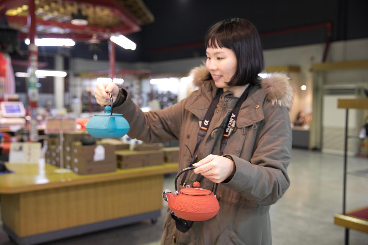 色彩繽紛的手工鐵壺,讓知名部落客下午茶女王Venus逛得愛不釋手。
