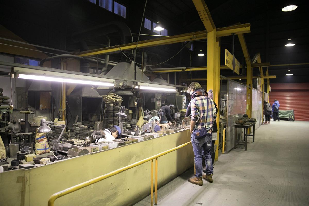 在「岩鑄鐵器館」可參觀鐵壺製造的全過程。