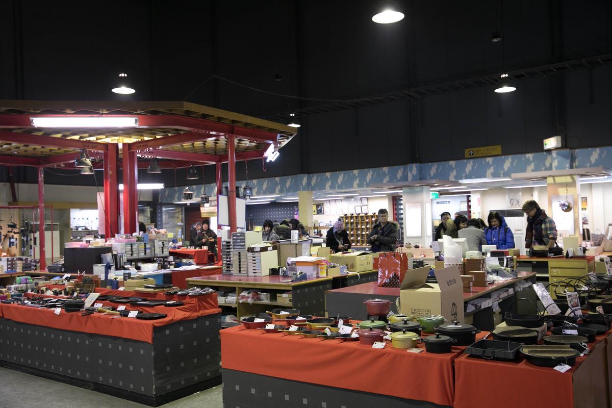 「岩鑄鐵器館」展售各種廚房道具,叫人目不暇給。