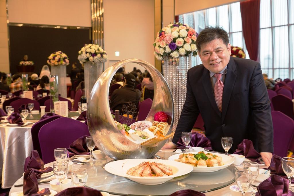 臻愛婚宴會館董事長林志成,白手起家,16歲就投入餐飲業,至今擁有6家婚宴婚館。