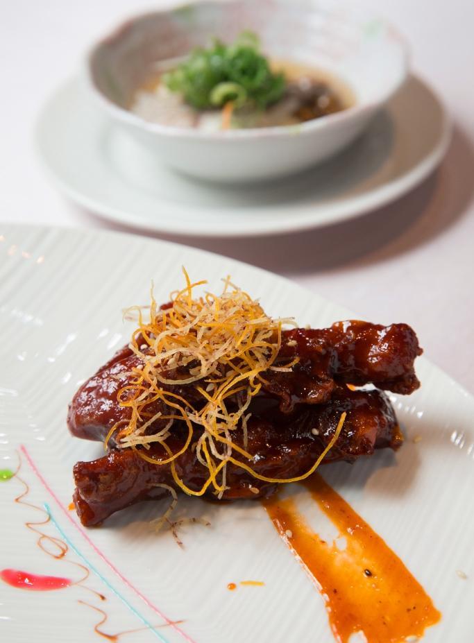 林志成常有創意發想,主導將中式料理擺盤西餐化,上菜時會寫上英文祝福語,圖為商業套餐。250元╱份(台中美村店限定)