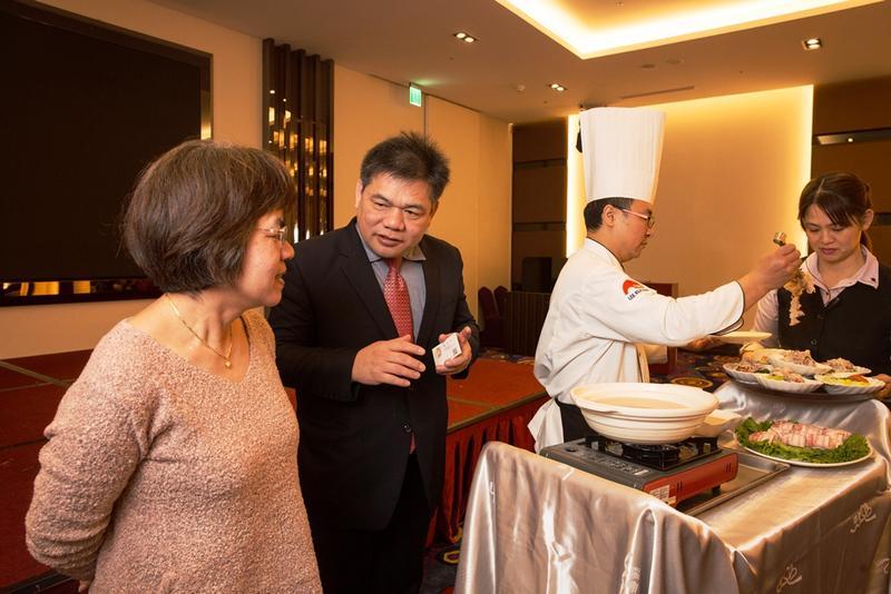 平日的聚餐宴席若得空,林志成會請主廚在顧客面前上演桌邊秀,也邊講解食材與手法。