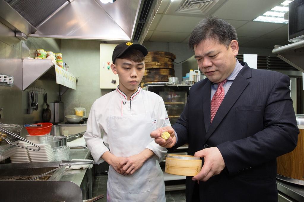 林志成兒子林書震(左)循著父親的路,高中畢業後即進廚房學習,林志成(右)總對兒子悉心教導。