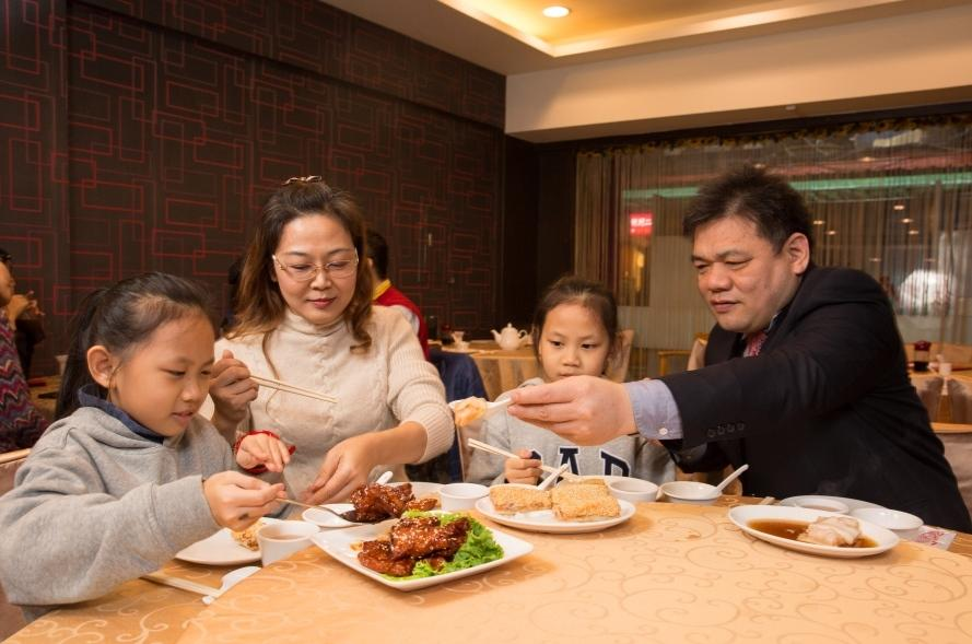 林志成(右1)一家人互動緊密,他說女兒從小在餐廳長大,當外場人手不夠時還會主動端盤子。
