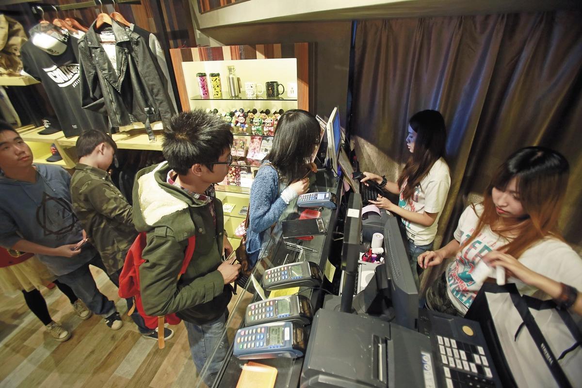 持續引進話題商品、找韓國偶像代言,讓「STAYREAL」吸引大批年輕族群,台灣最高年營業額曾突破新台幣3億元。(東方IC)
