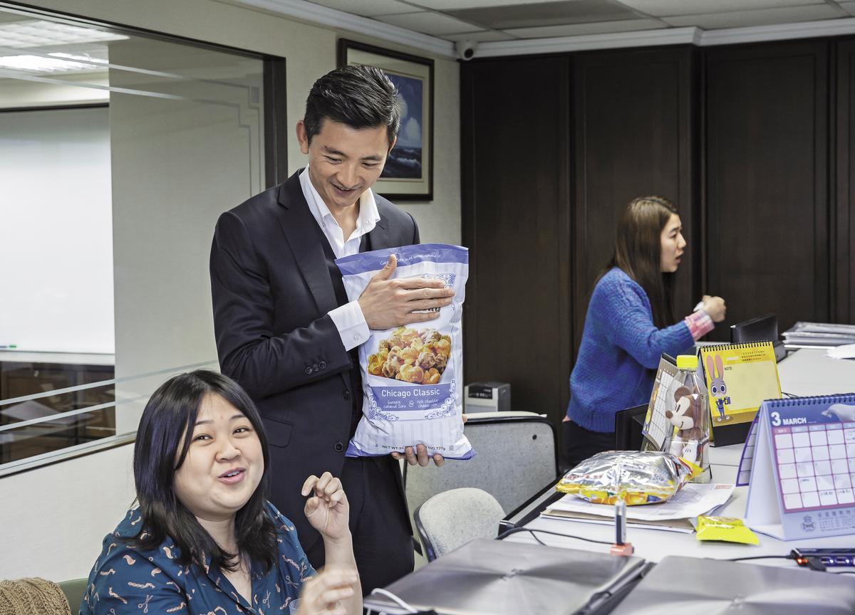 36歲的陳彥誠(左2)與同事互動沒有距離,力圖擺脫傳統產業,給人高壓、家族統治的印象。
