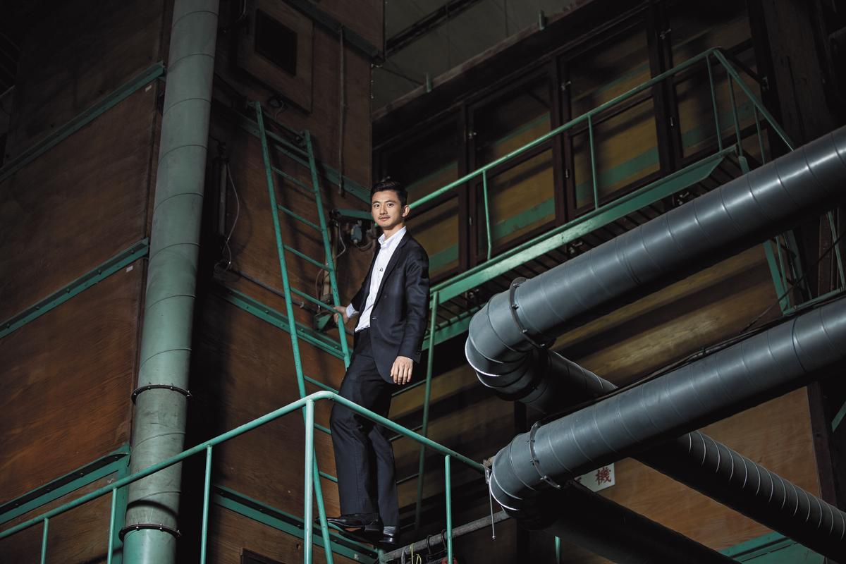 陳彥誠接班近2年,重整公司部門職權,讓員工動腦發現商機。圖中輸送管為合隆大園廠分毛機,可利用風速分類羽毛和羽絨。